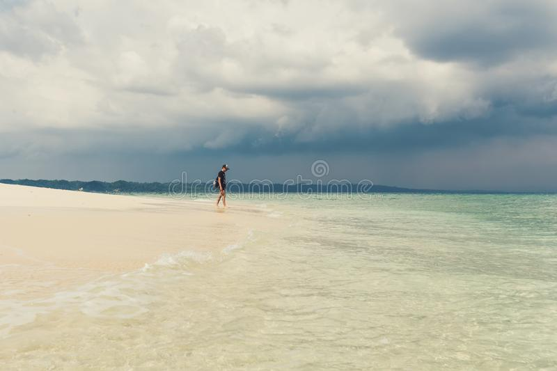 Jonge mens op mooi zonnig wit zandstrand royalty-vrije stock foto's