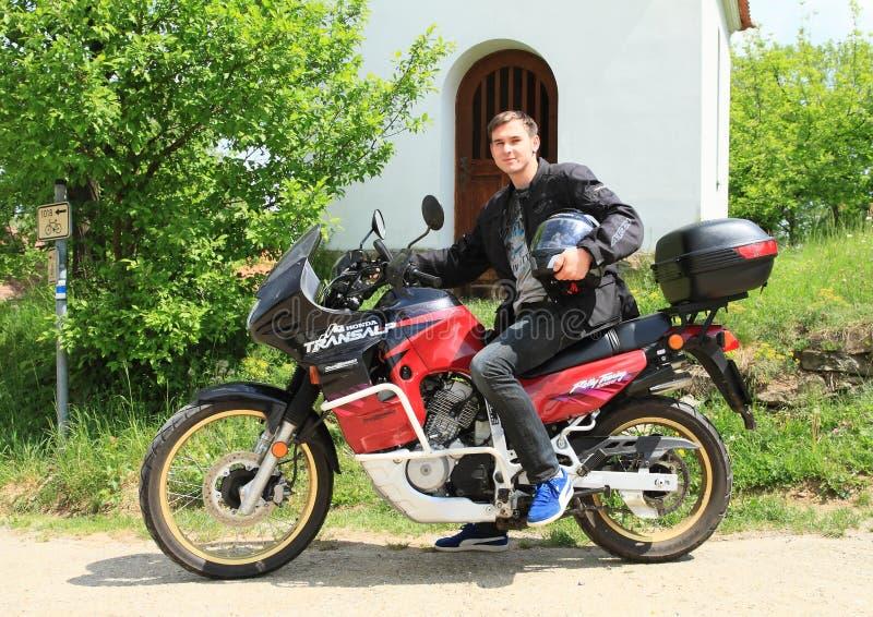 Jonge mens op motor Honda Translap stock foto's