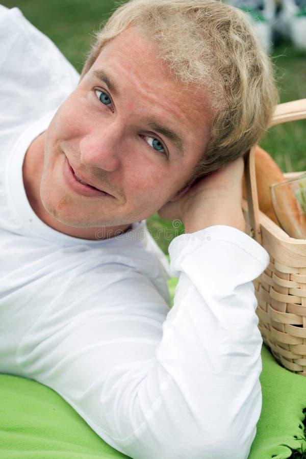 Jonge mens op picknick stock afbeeldingen