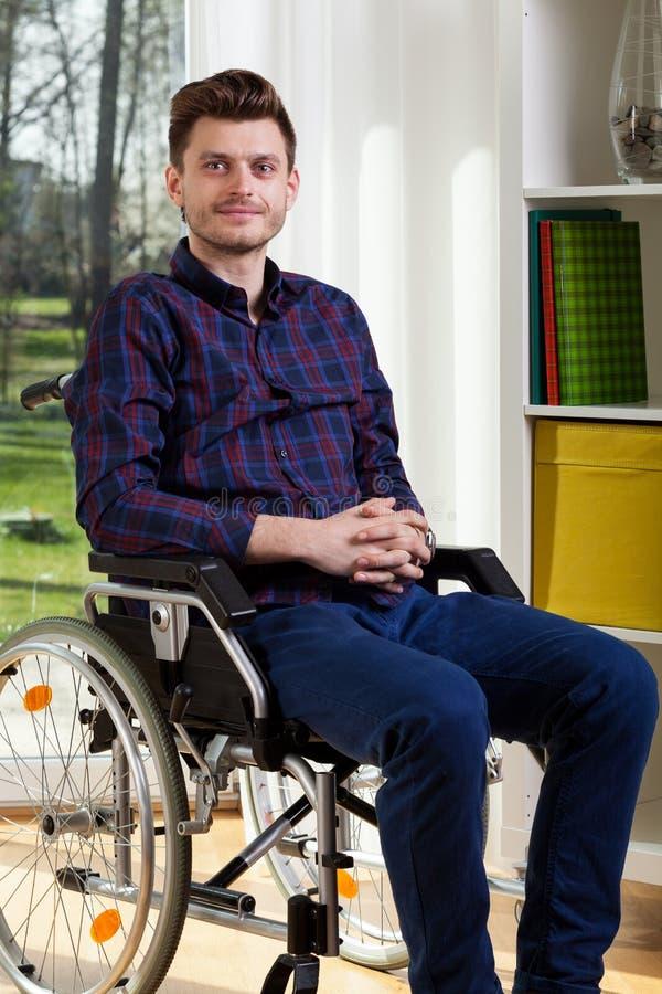 Jonge mens op rolstoel stock afbeeldingen