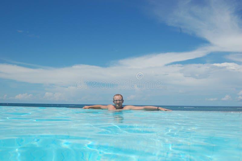 Jonge mens op vakantie royalty-vrije stock afbeeldingen