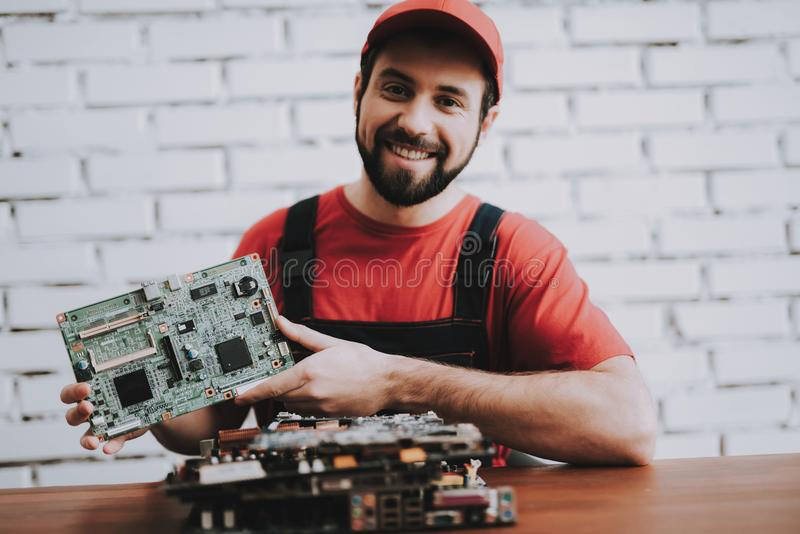 Jonge Mens in Rood GLB met Gebroken Motherboards royalty-vrije stock foto