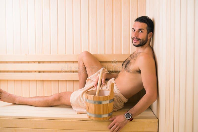 Jonge Mens in Sauna royalty-vrije stock afbeeldingen