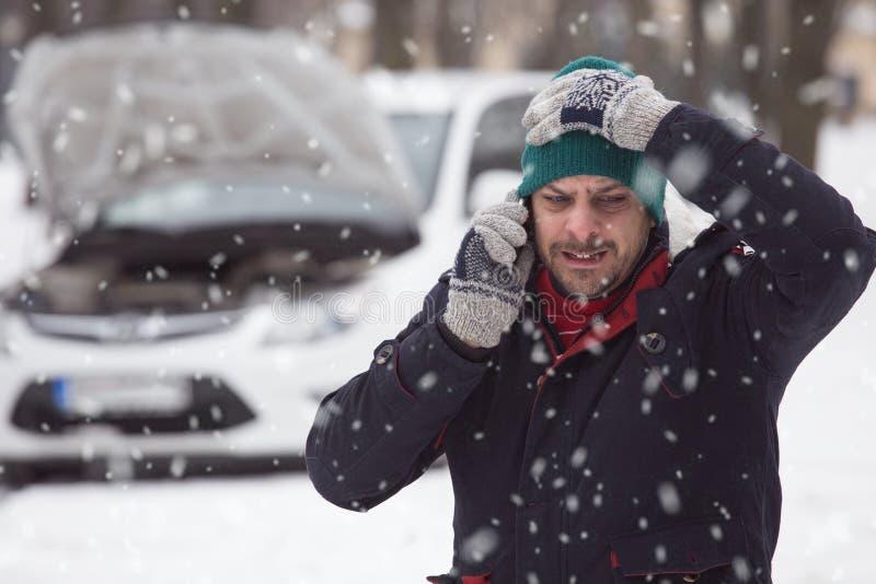 Jonge mens in sneeuw, is hij onder spanning omdat zijn opgesplitste ca stock afbeelding