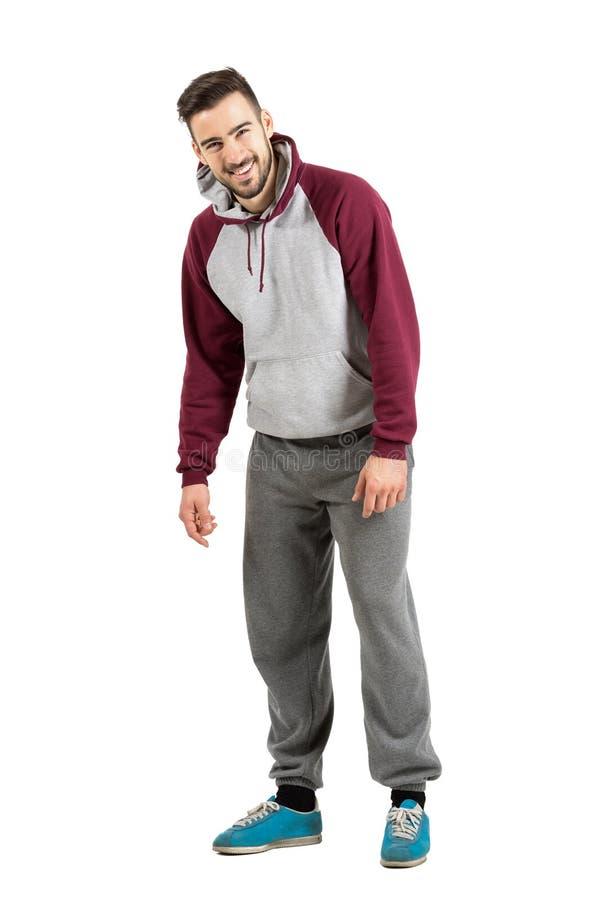 Jonge mens in sportieve hoodie die spontaan bij camera lachen royalty-vrije stock afbeeldingen