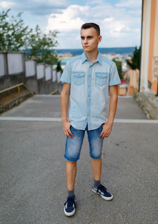 Jonge mens in stedelijk milieu stock afbeeldingen
