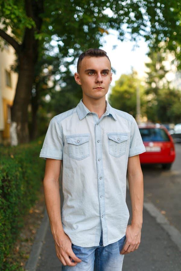 Jonge mens in stedelijk milieu royalty-vrije stock afbeelding
