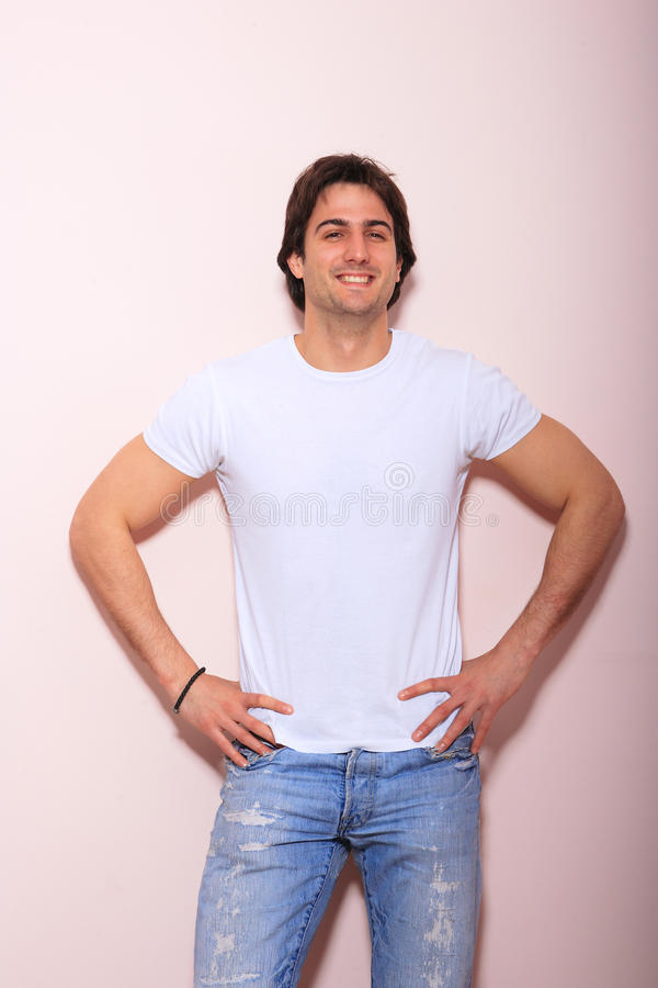 Jonge mens tegen roze achtergrond royalty-vrije stock afbeeldingen