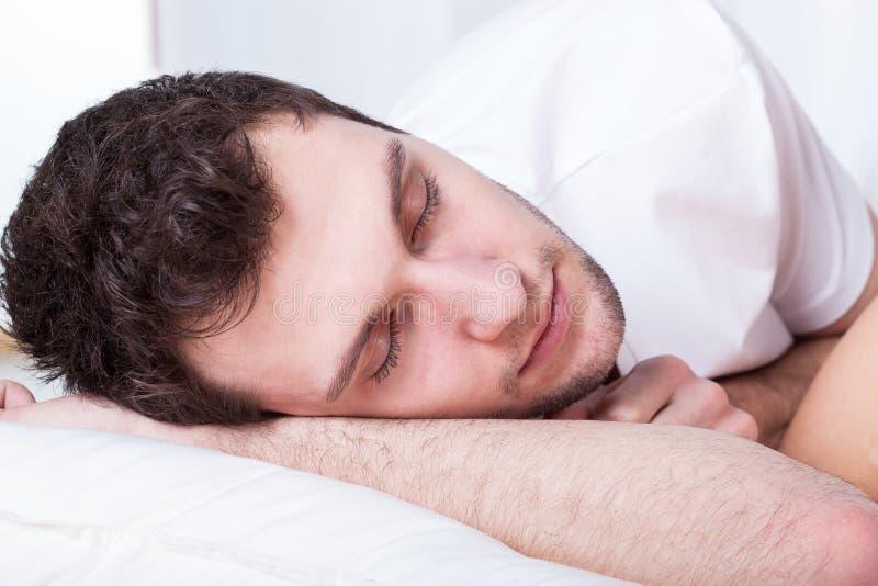 Jonge mens tijdens slaap royalty-vrije stock fotografie