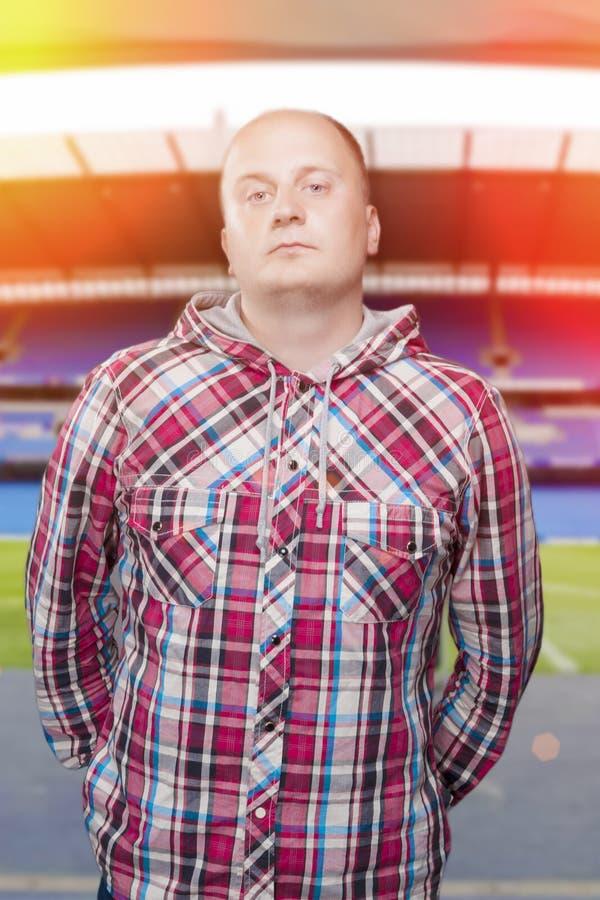 Jonge mens in Toevallig tegen Stadionachtergrond stock foto's