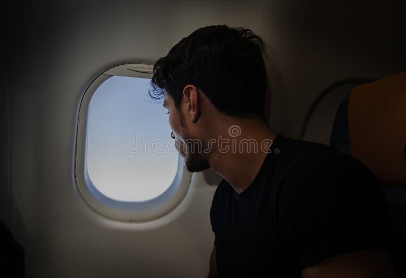 Jonge mens in vliegtuig royalty-vrije stock afbeelding