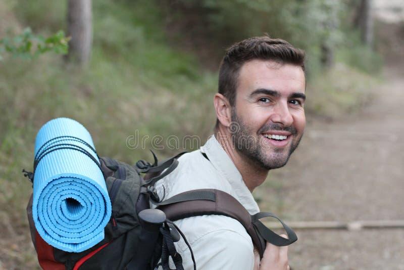 Jonge mens wandeling het glimlachen gelukkig portret Mannelijke wandelaar die in bos lopen royalty-vrije stock afbeeldingen