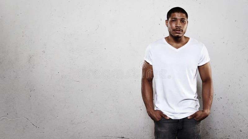 Jonge mens in witte t-shirt stock afbeelding