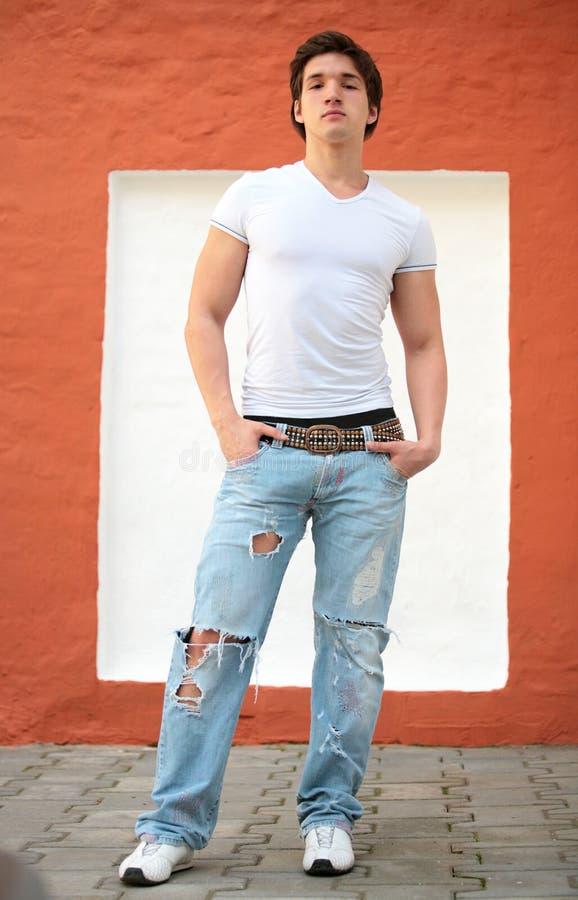 Jonge mens in witte t-shirt royalty-vrije stock foto's