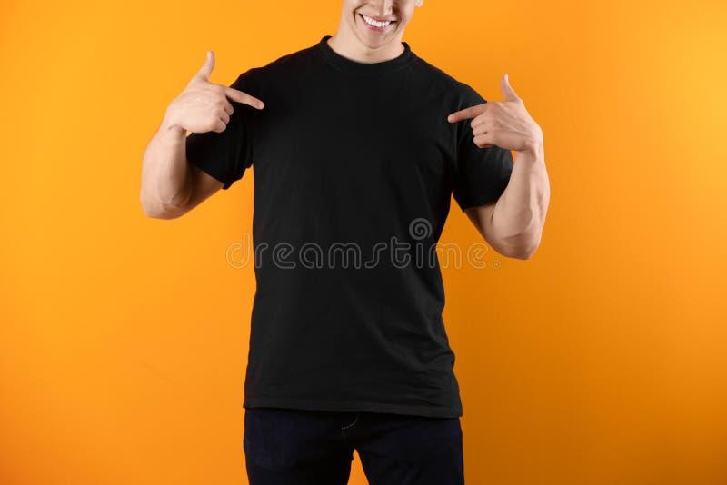 Jonge mens in zwarte t-shirt royalty-vrije stock afbeelding