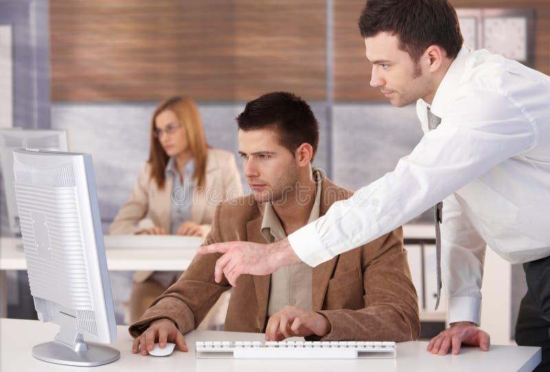 Jonge mensen bij computercursus stock foto