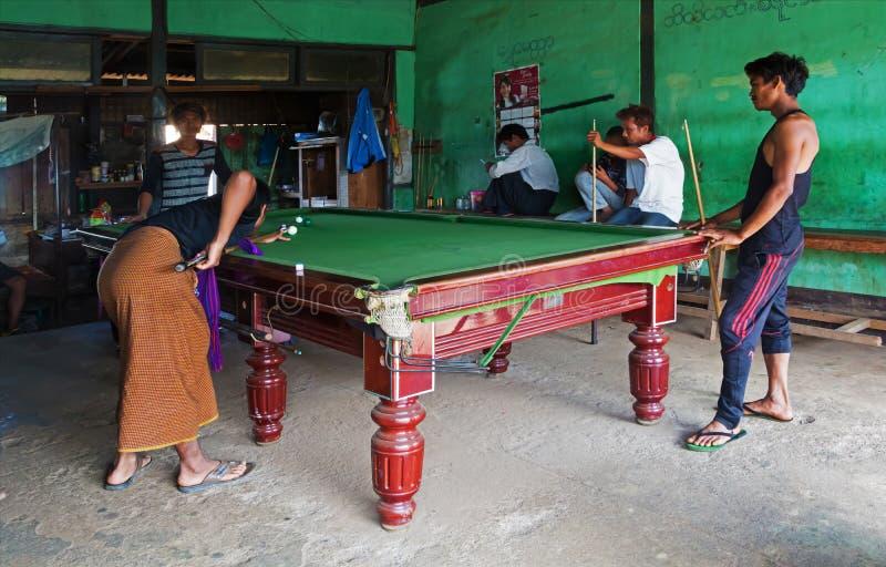 Jonge mensen die biljart, Myanmar spelen stock foto's