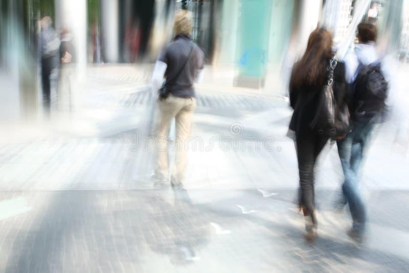 Jonge mensen die in de stad lopen stock foto
