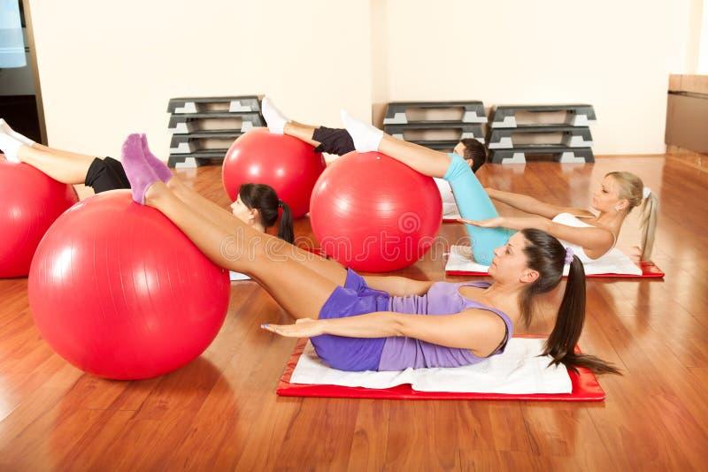 Jonge mensen die oefeningen Pilates doen stock foto's
