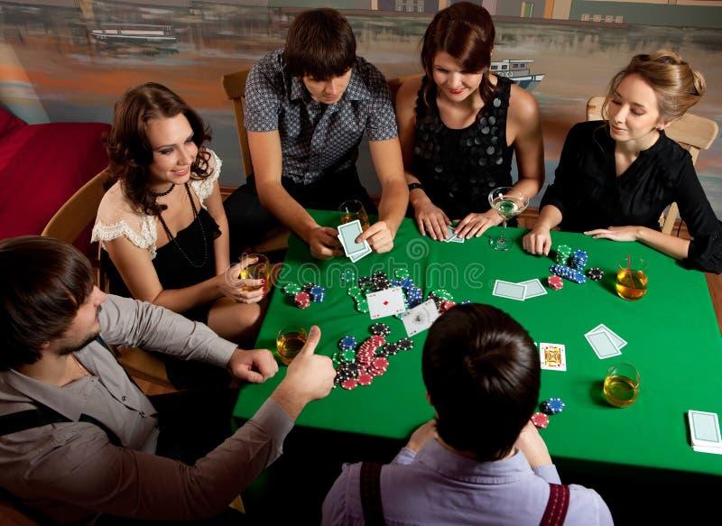 Jonge mensen die pook spelen. stock fotografie