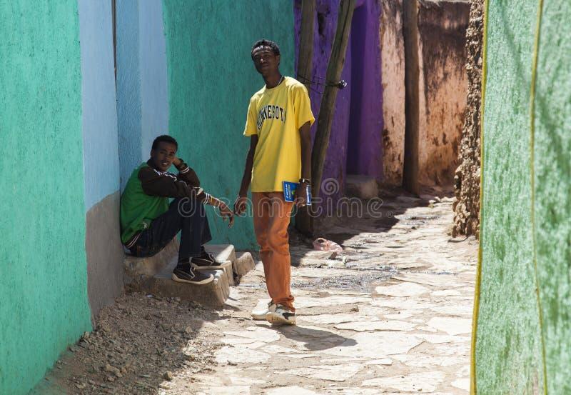Jonge mensen die in stad van Jugol stellen Harar ethiopië stock foto