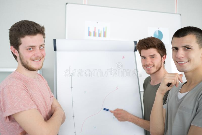 Jonge mensen die tot bedrijfspresentatie maken aan groep stock foto's