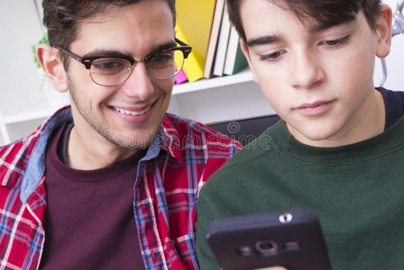 Jonge mensen met mobiele telefoon royalty-vrije stock fotografie