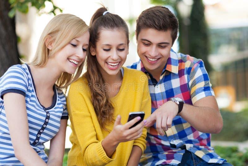 Jonge mensen met mobiele telefoon stock fotografie