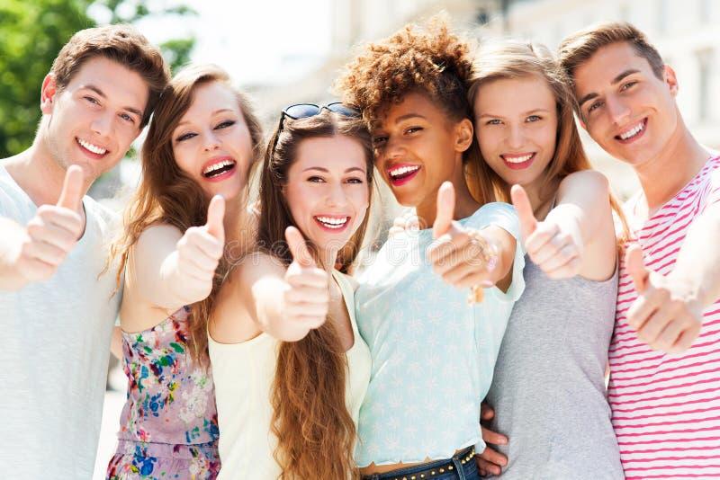 Jonge mensen met omhoog duimen stock afbeelding