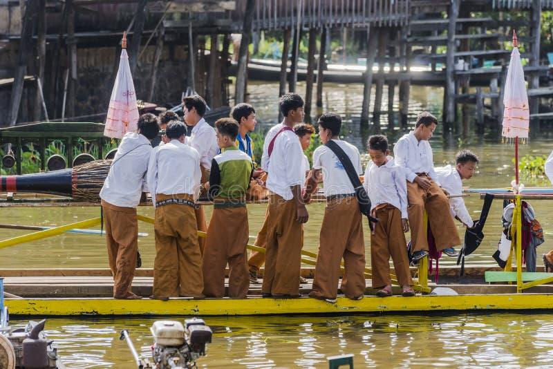 Jonge mensen op de boot stock foto's