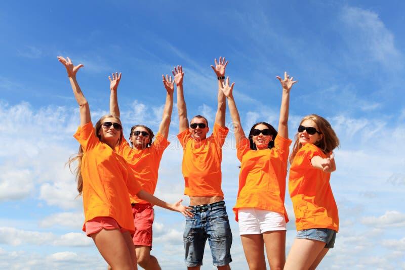Jonge mensen op een strand royalty-vrije stock foto's