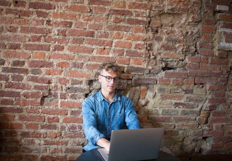 Jonge mensen professionele bedrijfs tevreden schrijver voor website die laptop computer met behulp van, die in modern bureaubinne royalty-vrije stock foto