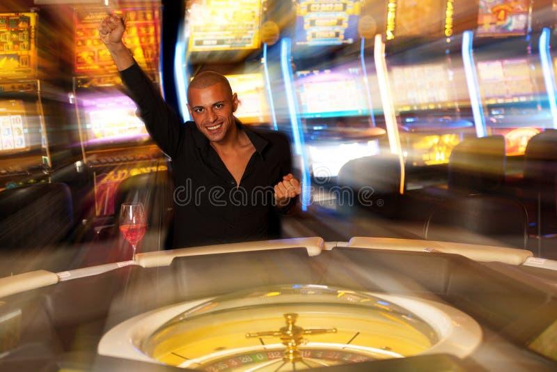 Jonge mensen speelroulette in casino weddend en winnend geld royalty-vrije stock foto's