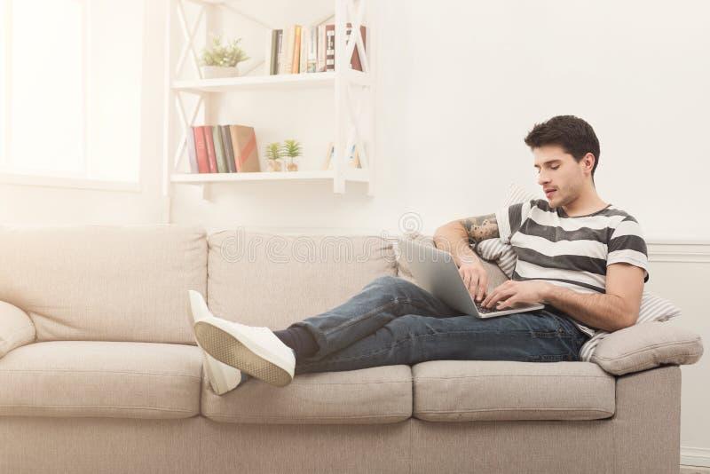 Jonge mensen thuis overseinen online op laptop royalty-vrije stock afbeeldingen