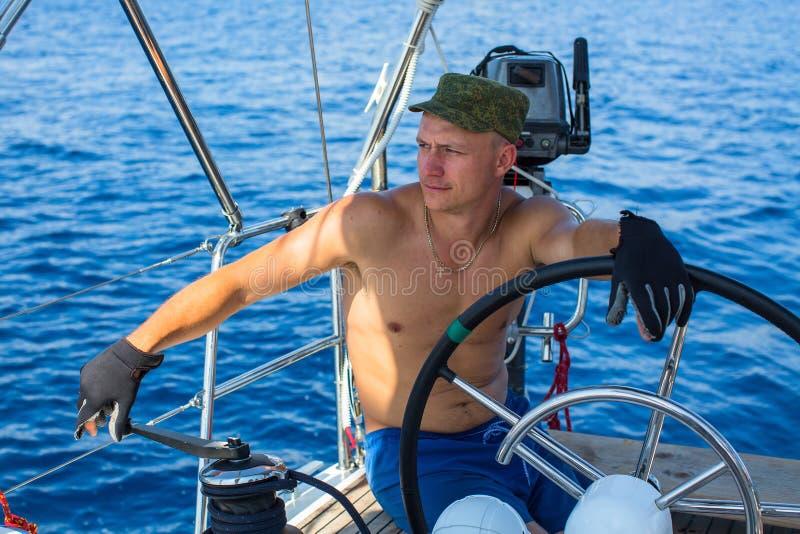 Jonge mensenkapitein van een varend jacht Luxevakantie royalty-vrije stock afbeelding