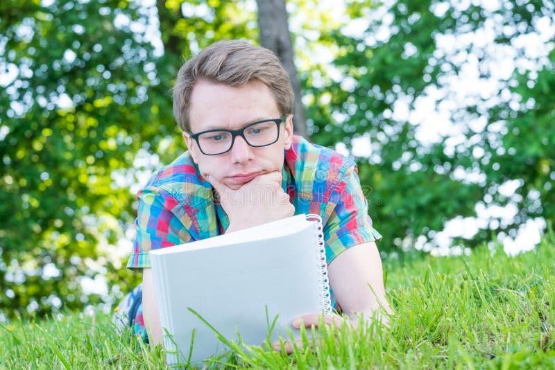 Jonge Mensenlezing stock fotografie