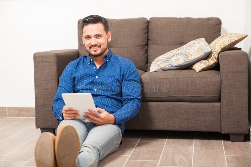 Jonge mensenlezing op een tabletcomputer royalty-vrije stock afbeeldingen