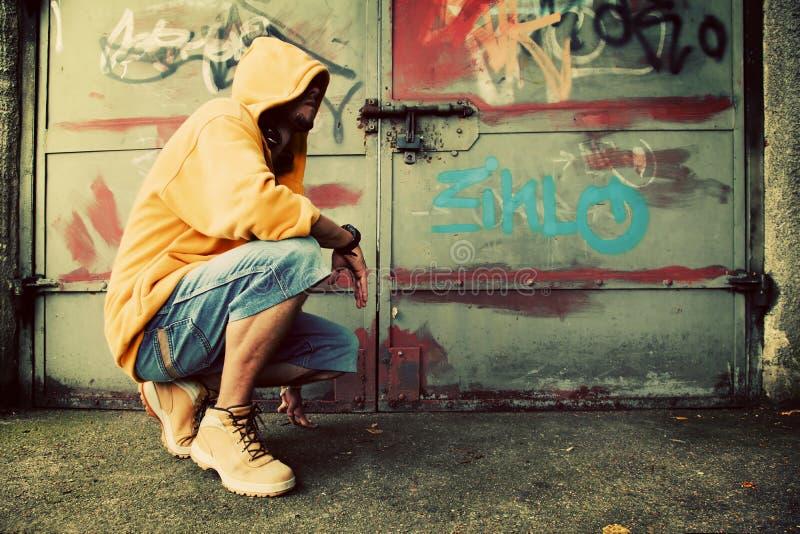 Jonge mensenportret, graffitimuur royalty-vrije stock foto's