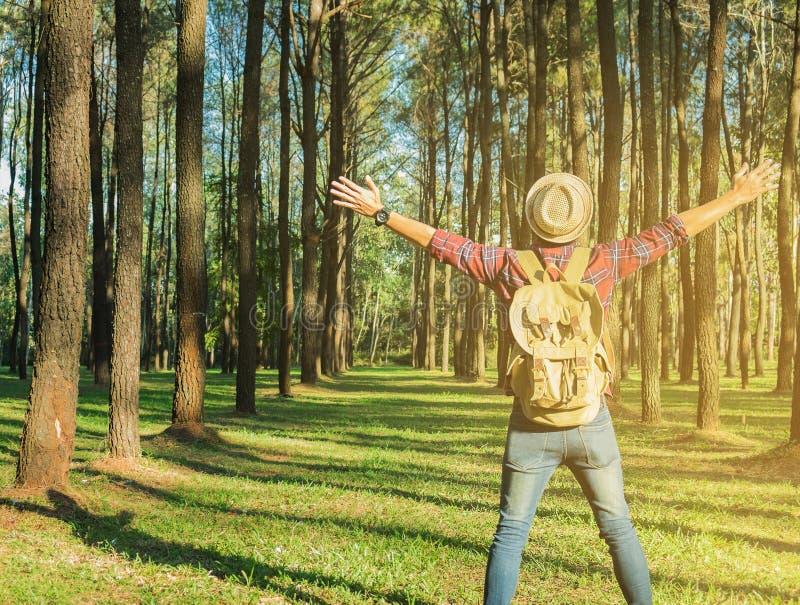 Jonge Mensenreiziger met rugzak het open wapen ontspannen openlucht op bedelaars royalty-vrije stock foto