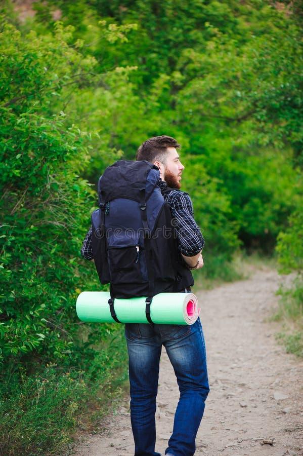 Jonge Mensenreiziger met rugzak openlucht ontspannen De zomervakanties en Levensstijl wandelingsconcept royalty-vrije stock afbeelding