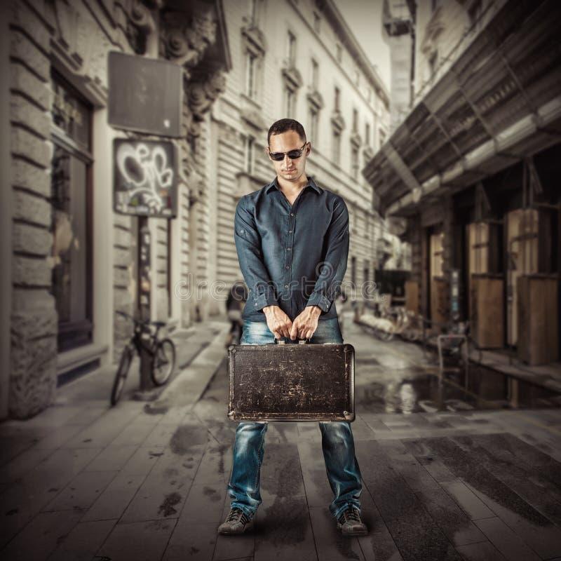Jonge mensenreiziger in straat van Europese stad stock afbeeldingen