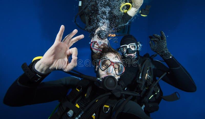 Jonge mensenscuba-duikers die selfie maken stock afbeelding