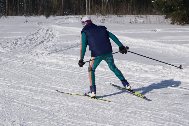 Jonge mensenskiër die de helling in Alpiene bergen reduceren De wintersport en recreatie, vrije tijds openluchtactiviteiten royalty-vrije stock foto's