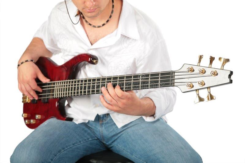 Jonge mensenspel op gitaar