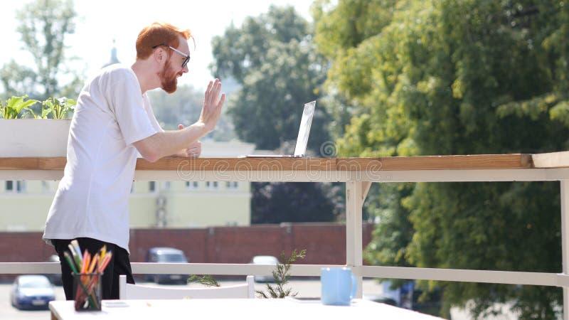 Jonge Mensenvideoconferentie op Laptop, Praatje, die zich in Balkon bevinden Openlucht royalty-vrije stock afbeeldingen