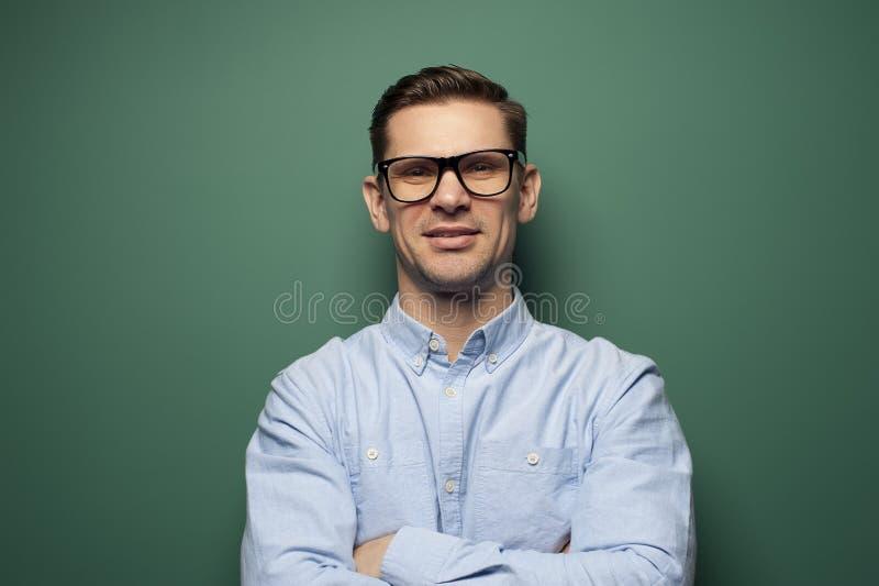 Jonge mensenzakenman in een blauw overhemd en modieuze glazen royalty-vrije stock afbeeldingen