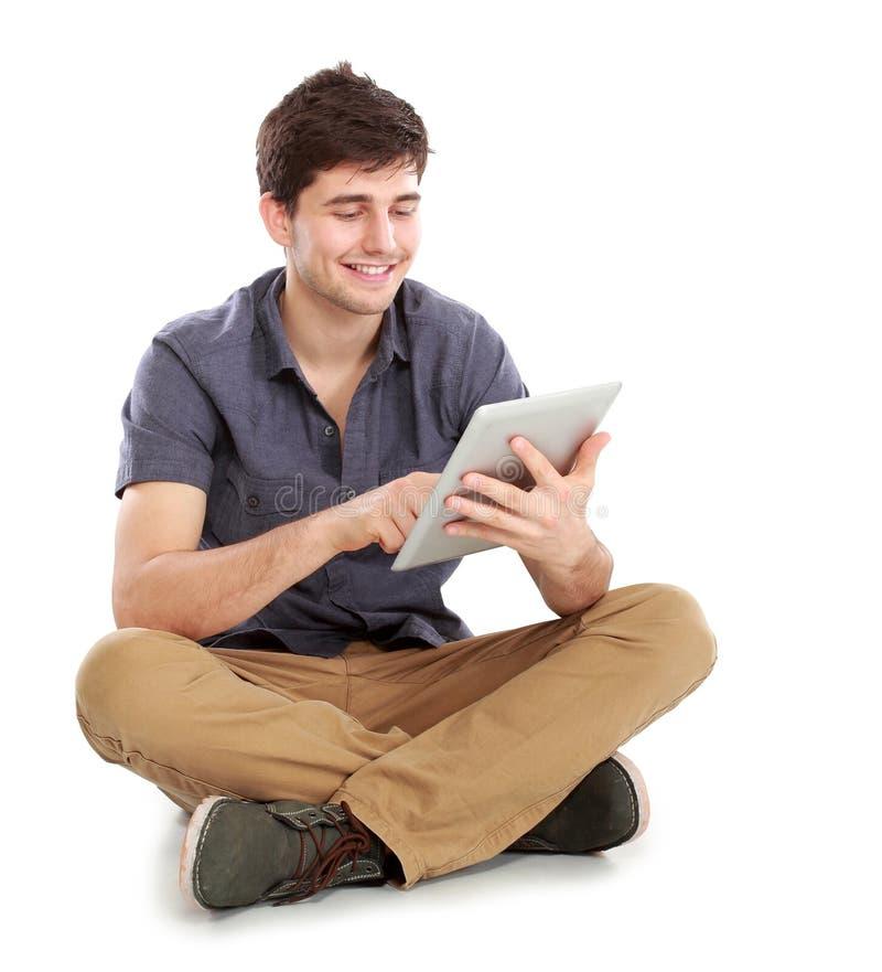 Jonge mensenzitting en het gebruiken van tabletpc royalty-vrije stock foto's