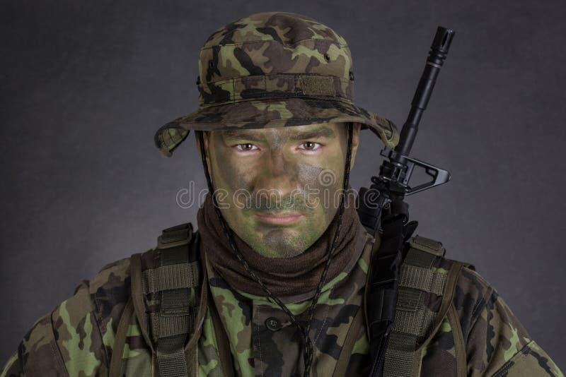 Jonge militair met de verf van de wilderniscamouflage royalty-vrije stock foto's