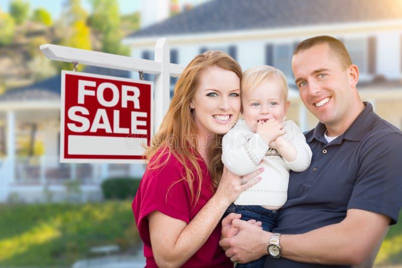 Jonge Militaire Familie voor voor Verkoopteken en Huis royalty-vrije stock afbeelding