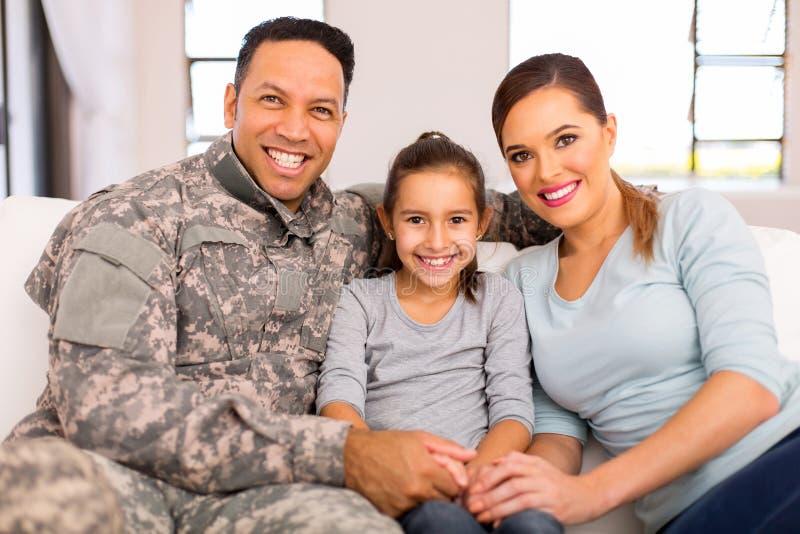 Jonge militaire familiezitting stock afbeelding